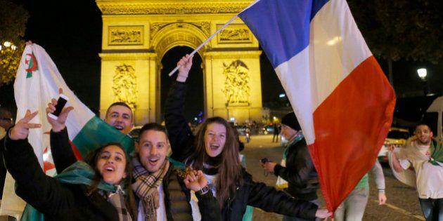 France-Ukraine: les supporters des équipes de France et d'Algérie se retrouvent sur les Champs-Elysées...