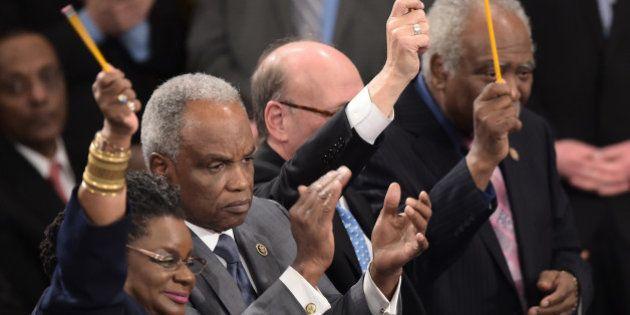 Des élus américains brandissent des crayons pour Charlie Hebdo durant le discours d'Obama sur l'état...