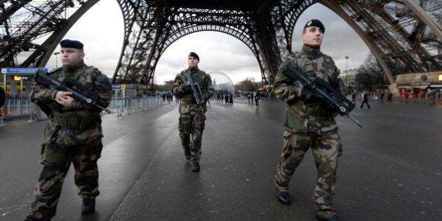 Défense: Hollande sauve 7500 postes dans l'armée sur les 34.000 qui doivent