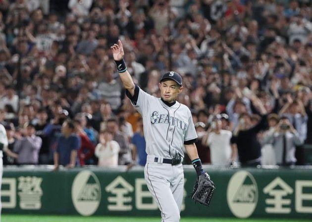 8回、交代で退き、歓声に応えるマリナーズのイチロー=21日、東京ドーム