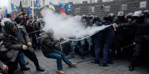Suspension de l'accord entre l'Ukraine et l'UE: violents incidents entre manifestants pro-européens et...