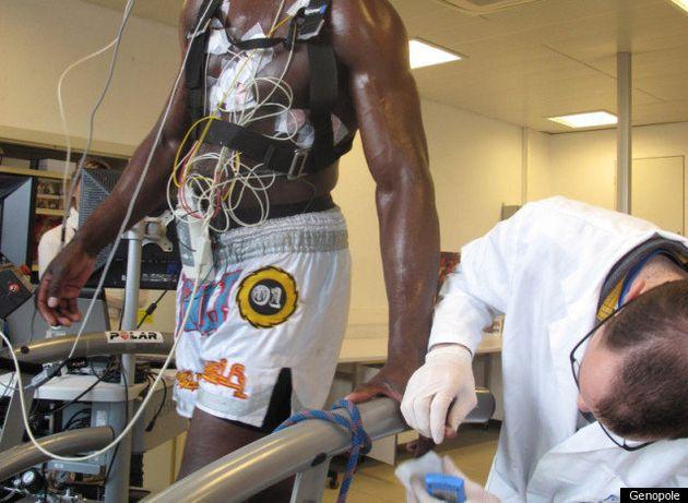 Patrice Quarteron, champion du monde de boxe thaï, s'entraîne dans un laboratoire