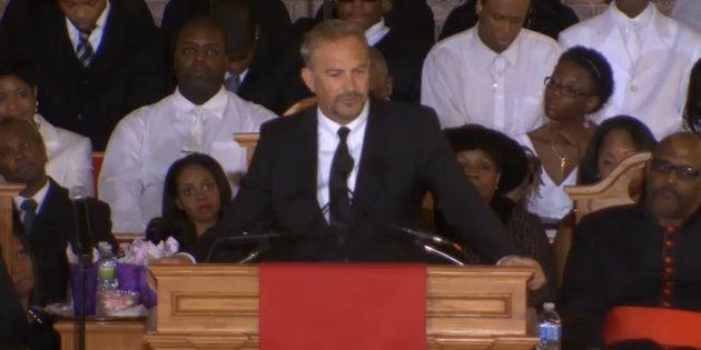 Obsèques de Whitney Houston à Newark: une cérémonie fleuve et