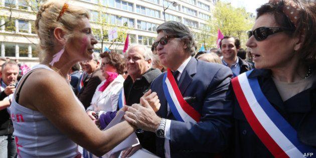 Manif pour tous: la présence de Gilbert Collard dans le cortège aux côtés de députés UMP fait