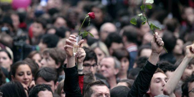 Bastille: les sympathisants se rassemblent pour fêter la victoire de François
