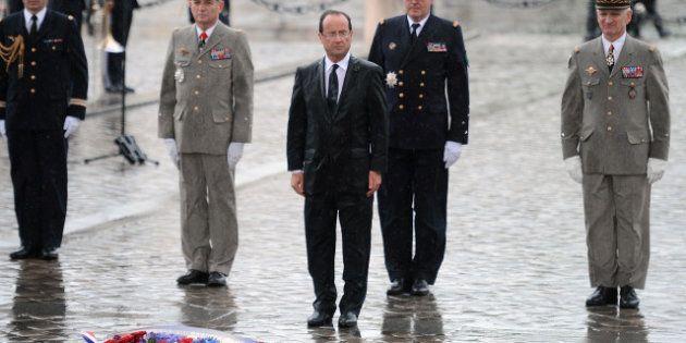 François Hollande trempé par la pluie en remontant les Champs-Elysées - PHOTOS -