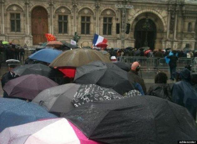 Sur le parvis de l'Hôtel de ville de Paris, en attendant François