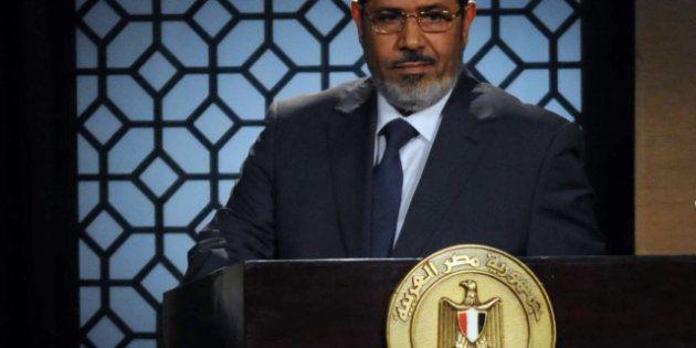 Le président égyptien Mohamed Morsi abandonne ses pouvoirs renforcés, et maintient le référendum sur...