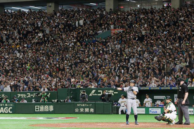 7回、第3打席に立つマリナーズのイチロー=21日、東京ドーム
