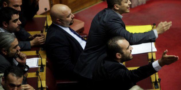 Grèce: les députés néo-nazis d'Aube Dorée autorisés à conserver leur armes dans l'enceinte du