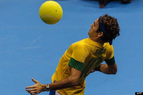 VIDÉO. Roger Federer joue au foot pendant un match exhibition de tennis au