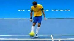 Federer moins à l'aise au football qu'avec une