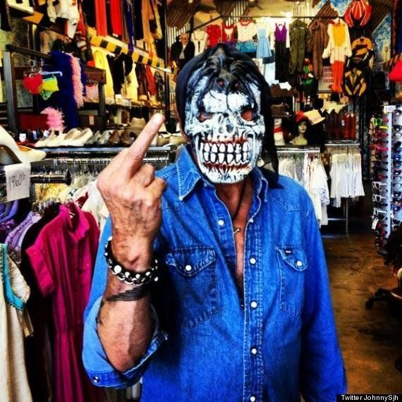 PHOTO. Johnny Hallyday fait un doigt d'honneur à la presse