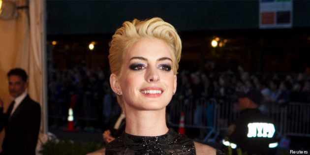 PHOTOS. Gala du Met 2013: Anne Hathaway en blonde platine