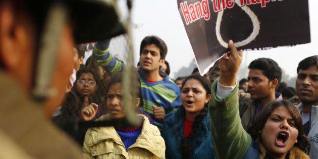 Viol d'une étudiante en Inde: mort d'un policier lors des manifestations, le centre-ville de New Delhi