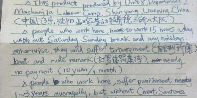 Un travailleur chinois glisse un appel à l'aide dans un emballage de décorations