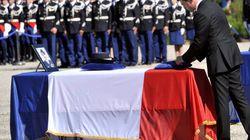 Meurtres des gendarmes: Manuel Valls rend hommage aux