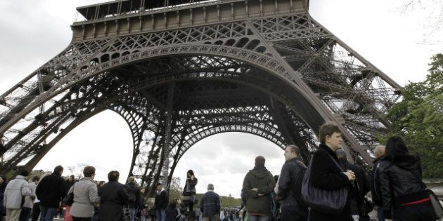 Chute mortelle à la Tour Eiffel: un homme tombe entre le premier et le deuxième