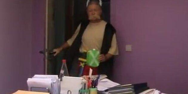 VIDÉO. Affaire Depardieu: le maire d'Estampuis déguisé en Astérix pour présenter ses vœux à la