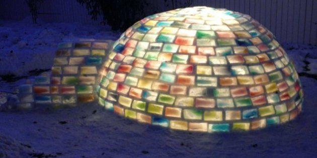 PHOTOS. Il construit un igloo avec des briques de glace colorées au