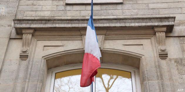 Refondation de l'école: drapeau tricolore et devise sur la façade des écoles voté par le