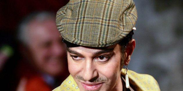 PHOTOS. John Galliano est de retour dans l'industrie de la mode grâce au couturier Oscar De la