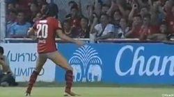 Pour célébrer un but, il n'a pas enlevé son maillot. Il a fait