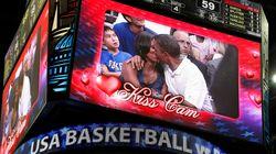 VIDÉO. Barack Obama et Michelle Obama hués pour un baiser en