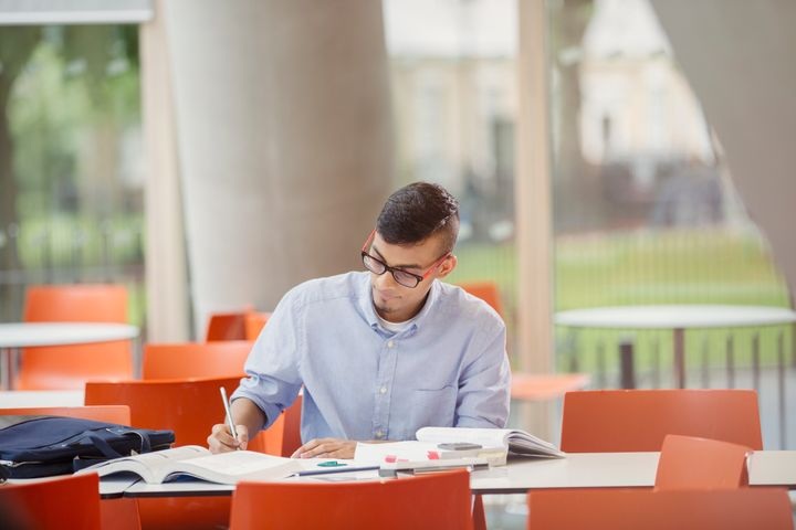 7 Pros And Cons Of Community College, From Cost To Classes To Campus Social Life