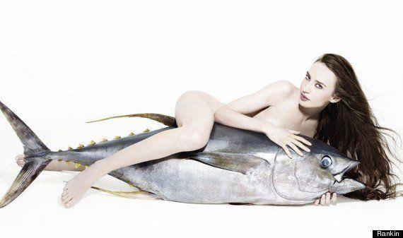 PHOTOS. La fille de Mick Jagger chevauche un thon nue pour le projet photographique