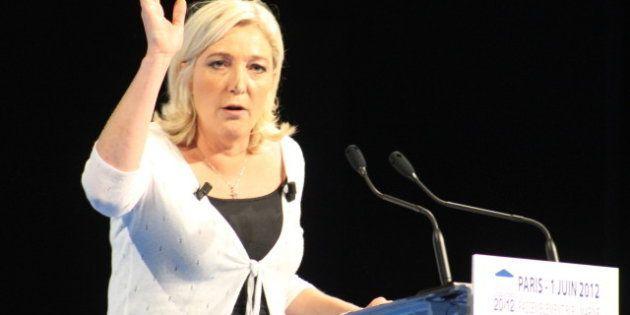 description 1 Photo de Marine Le Pen à la tribune d'un meeting organisé le 1er juin 2012 à Paris, dans...