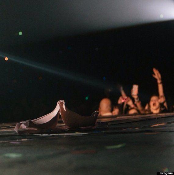 Justin Bieber prend une photo d'un soutien-gorge sur scène: