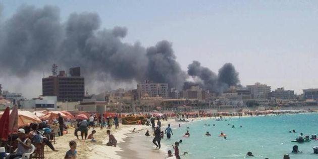 PHOTO. Des Égyptiens sur la plage alors que le pays est à feu et à