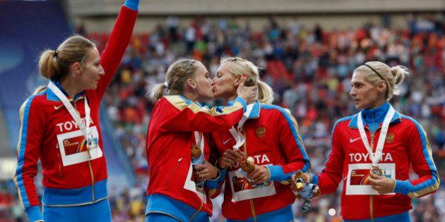 Mondiaux d'athlétisme: le baiser de deux athlètes russes ne devrait pas plaire à Vladimir