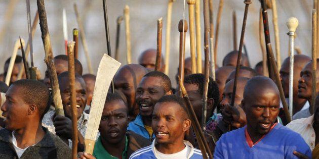 VIDÉOS. Plus de 30 morts dans les affrontements entre grévistes et policiers à la mine de Marikana en...