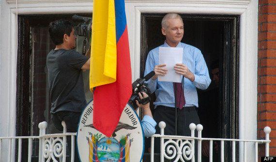 VIDÉO. Julian Assange parle depuis le balcon de l'ambassade d'Équateur à