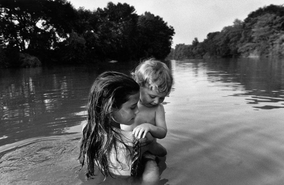 Bain familial dans la rivière