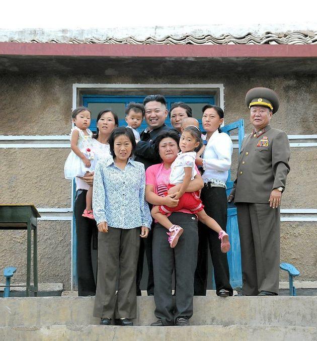 Corée du Nord : l'étrange photo de Kim Jong-Un avec une famille