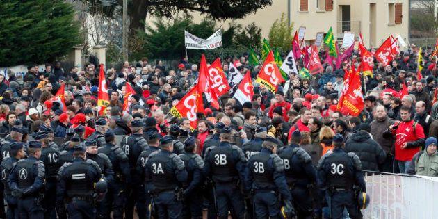 PHOTOS. Goodyear: les salariés devant le siège de Rueil-Malmaison, jour de comité d'entreprise