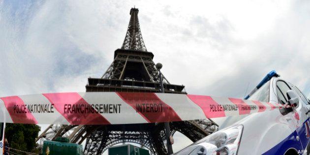 Paris: la Tour Eiffel évacuée, l'homme qui menaçait de se jeter dans le vide