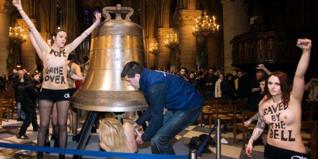 PHOTOS. Les Femen fêtent le départ de Benoit XVI en se mettant seins nus dans la nef de Notre-Dame de