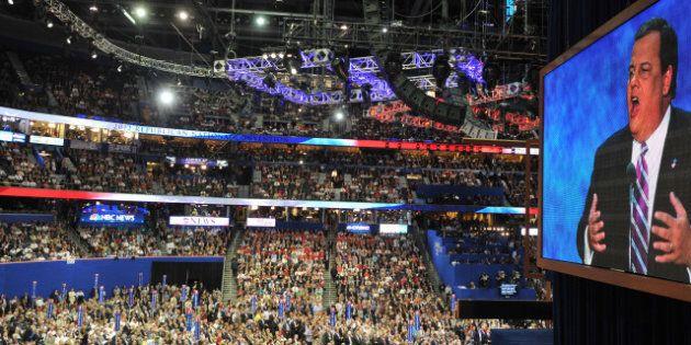 Convention républicaine: deux militants lancent des cacahuètes à une caméraman noire de