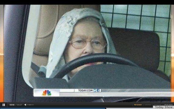 PHOTO. La Reine Elisabeth II met une capuche pour se balader en Range