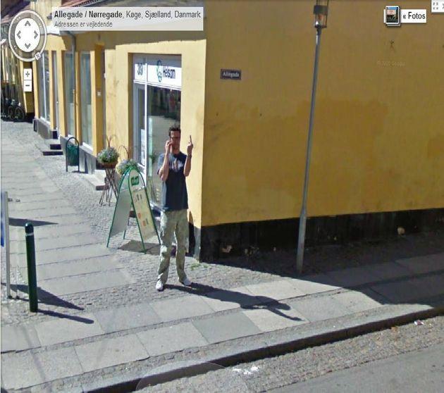 Vie privée : des passants du monde entier accueillent les voitures Google avec un doigt