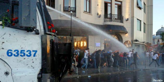 PHOTOS. Turquie, Istanbul: la police turque utilise des canons à eau pour disperser des manifestants...