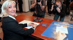 Marine Le Pen joue les factrices contre le traité