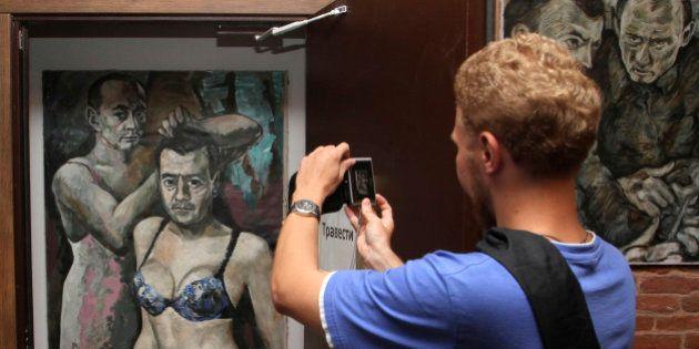 Poutine en travesti: le peintre auteur des tableaux saisis par la police russe demande l'asile politique...