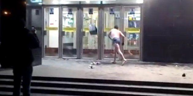 VIDÉO. Un homme nu s'en prend au métro à