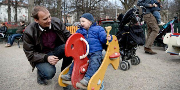 Congé parental: jusqu'à 100.000 hommes pourraient y avoir recours en