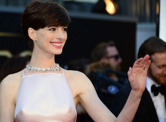 PHOTOS. Oscars 2013: les seins d'Anne Hathaway stars du tapis